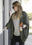 Pilate Photo - Hilary Duff is making sure to take good care of herself during her pregnancy by going to a pilates class in Studio City Duff is pregnant with her first child with hockey player husband Mike Comrie The star was forced to pull out of the new Bonnie and Clyde movie due to scheduling conflicts Los Angeles CA 9th September 2011