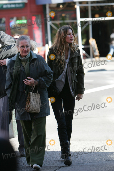 Photos From GISELE AND FAMILY SIGHTING